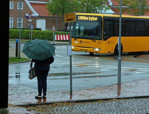 Bybussen kæmper sig adstadigt gennem blæst og regn med stram køreplan