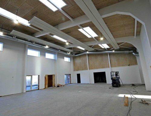 Varmekilderne er på plads i Farups Kultur & Aktivitetshus – strålevarme i den store sal