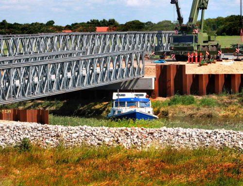 Båd måtte vende om, da den ikke kunne komme under den midlertidige bro